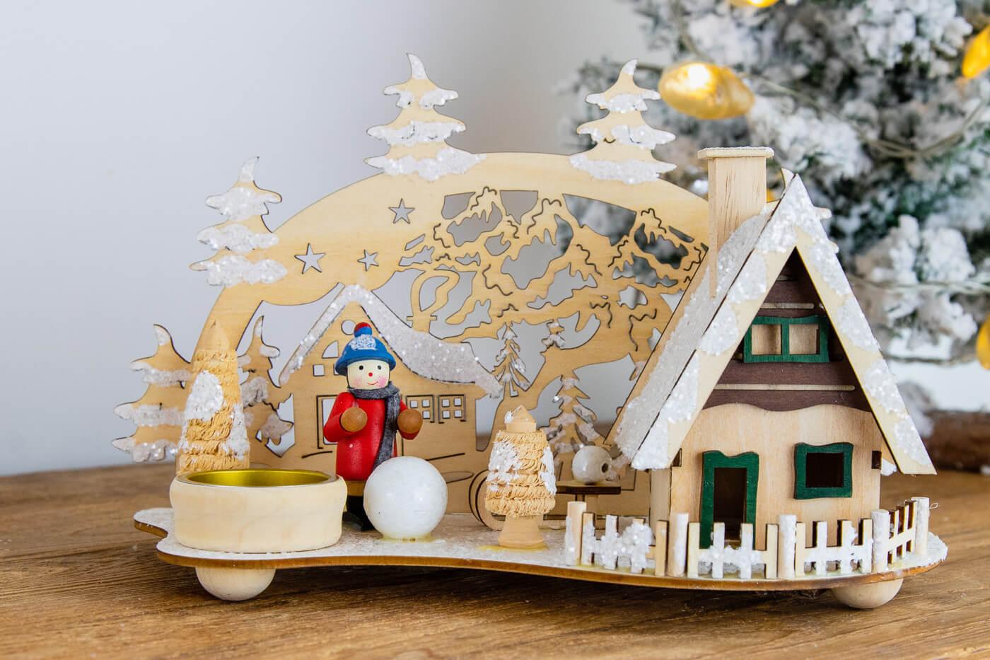 Räucherhaus mit Teelichthalter Winterkind mit Schneekugel + Schlitten